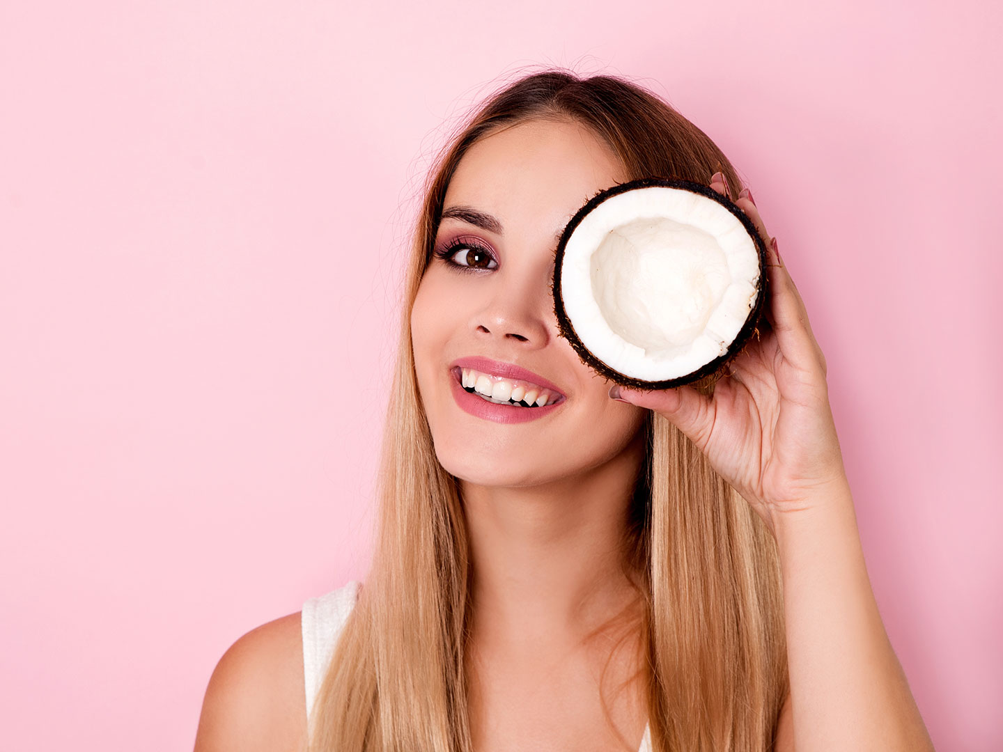 How to Use Coconut Oil for Stronger, Lusher Eyelashes - Free Bunni